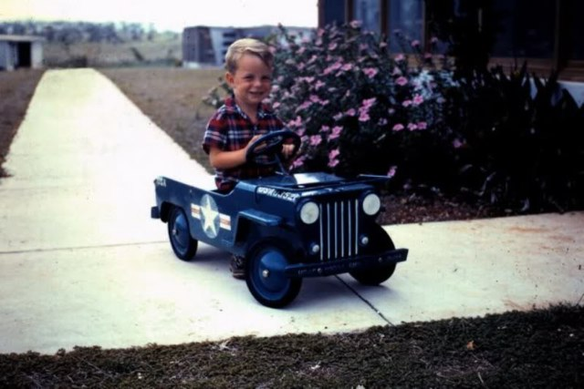 kid_in_toy_jeep