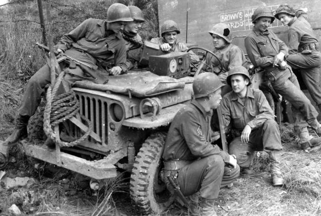 pic-ww2-men-around-jeep