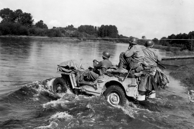pic-ww2-men-on-jeep-in-water