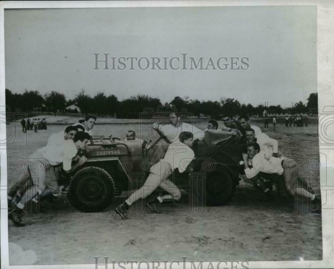 1943-11-15-football-players-camp-robinson