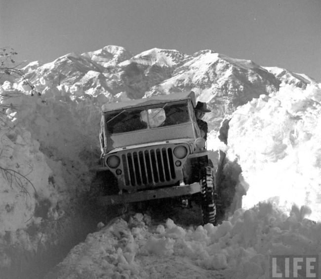 year-life-magazine-jeep-in-snow