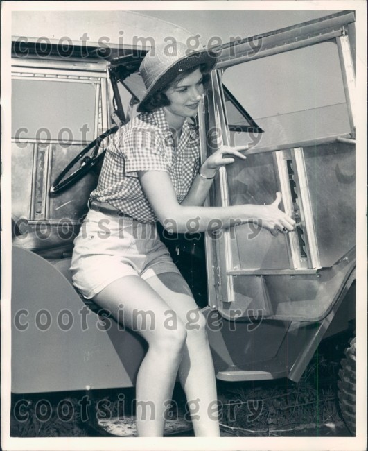 1948-jee-cab-demonstration-woman1