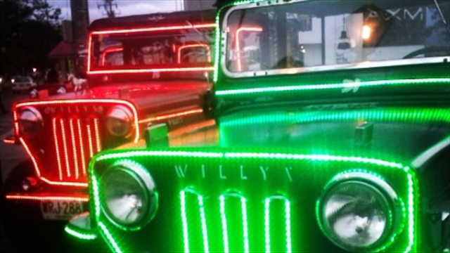 illuminated-christmas-jeeps-colombia
