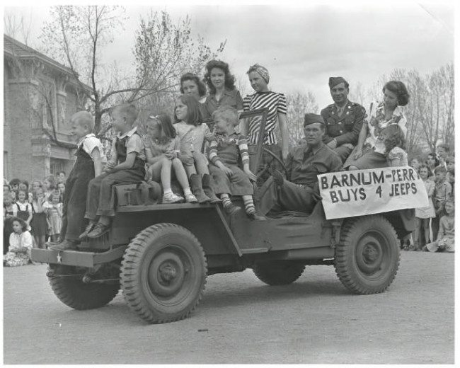 1943-barnum-elementary-school-kids-jeep