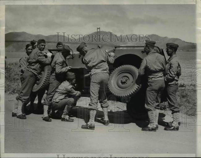 1941-08-13-soldiers-repairing-jeep1