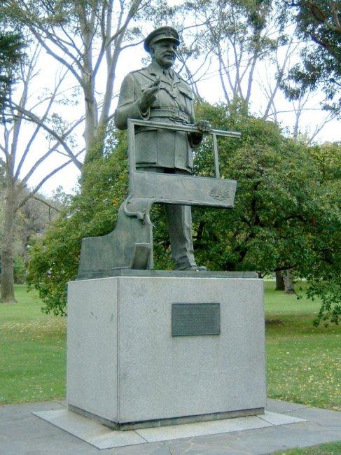 Thomas_Blamey_statue_Melbourne