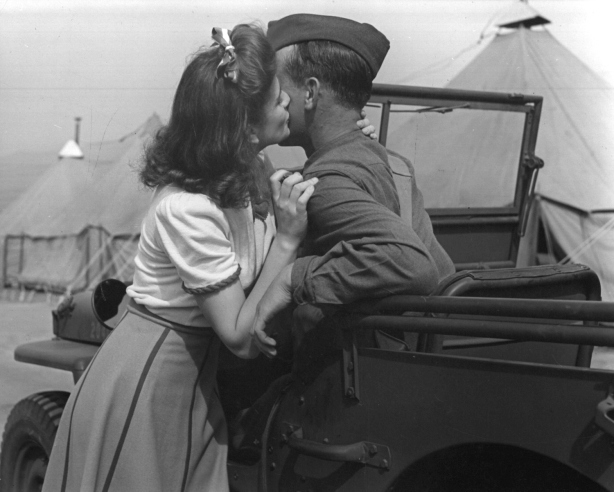 woman-kisses-10000-soldiers2