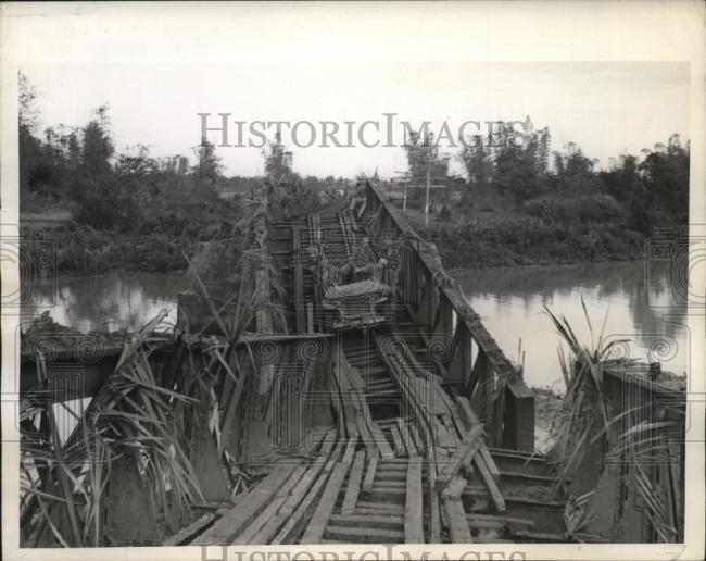 1945-02-11-jeep-bridge-phillipines1