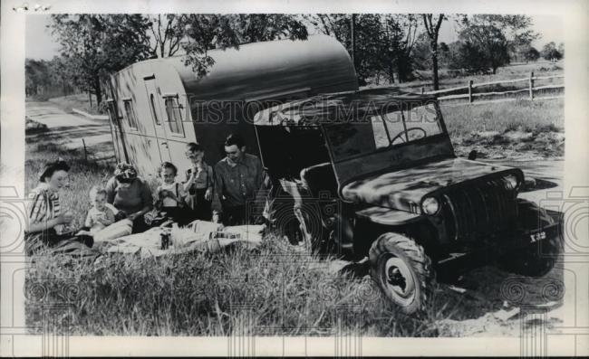 1945-07-19-press-photo-jeep-pulling-trailer1