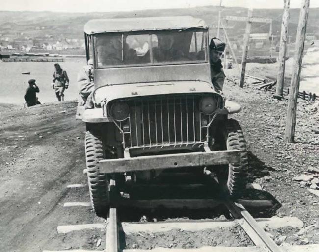 1942-06-25-jeep-train-tracks-france1