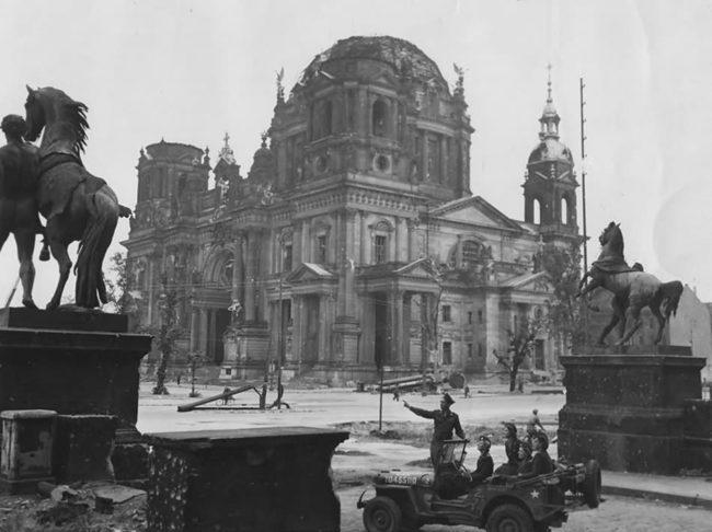 Ruins_of_Berliner_Dom_Stadtschloss_Lustgarten_Willys_MB_Jeep_1945