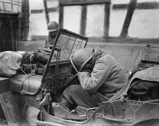 A Nordhouse, un conducteur du RBFM (Régiment Blindé de Fusiliers Marins) de la 2e DB (Division Blindée) s'est assoupi dans sa jeep.