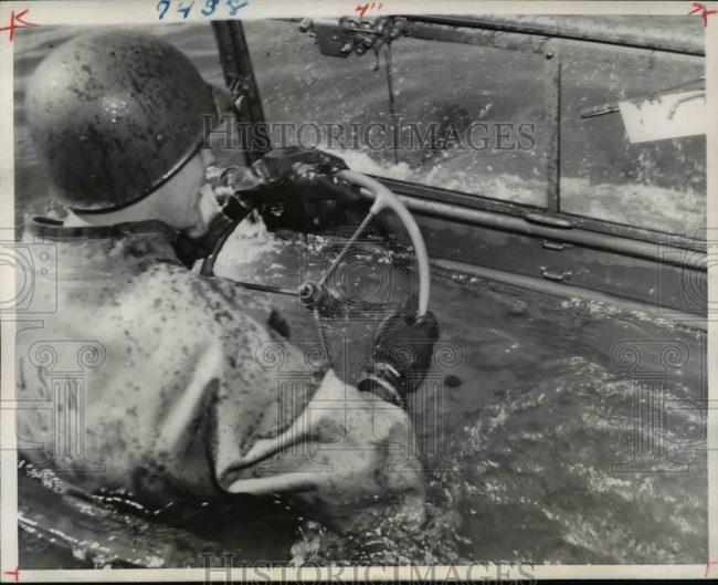 1946-10-17-underwater-jeep1
