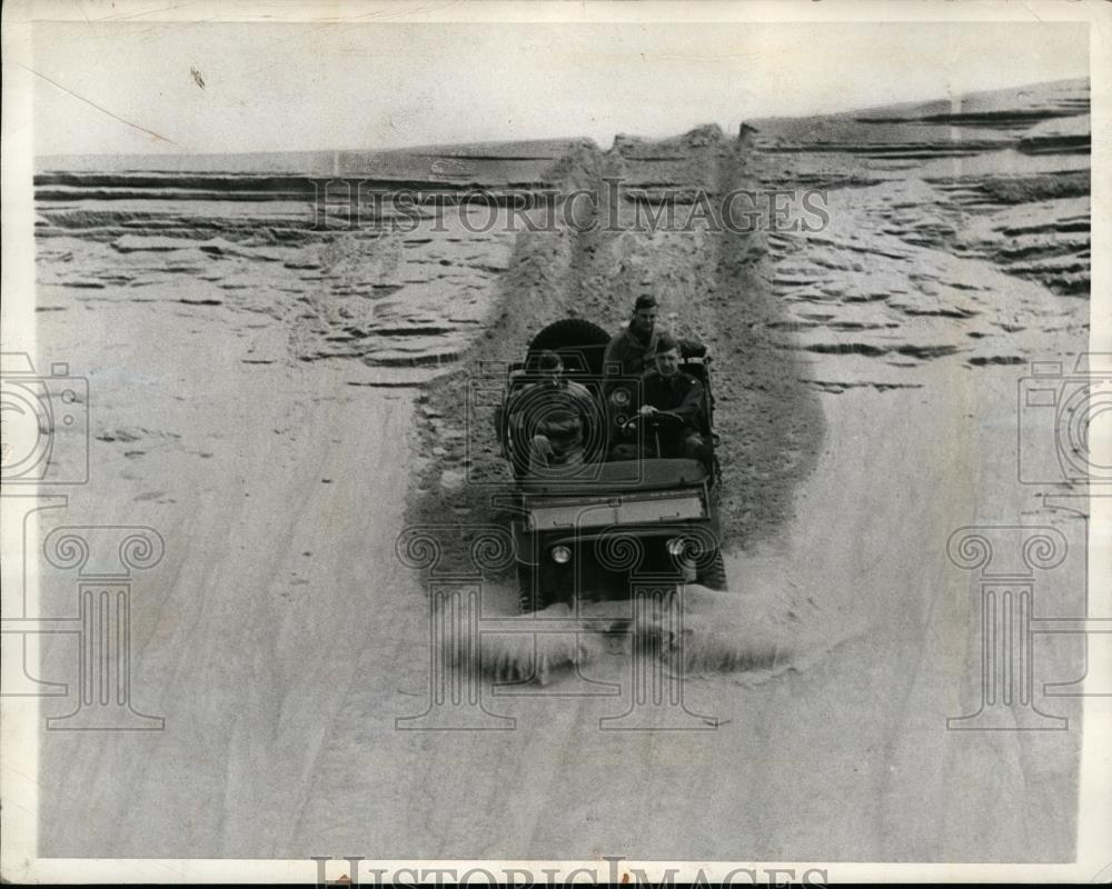1942-04-22-jeep-descending-dune1