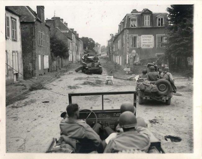 1944-08-01-jeeps-france1