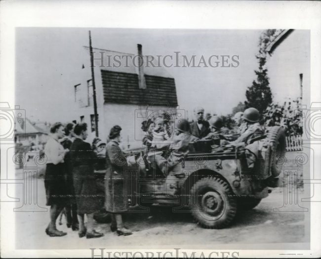 1944-09-16-german-family-surrounds-jeep1