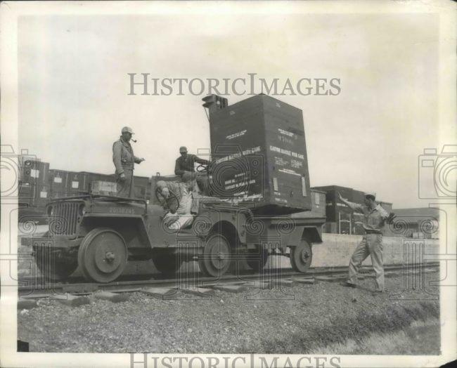1943-08-20-jeep-rails-train-australia1