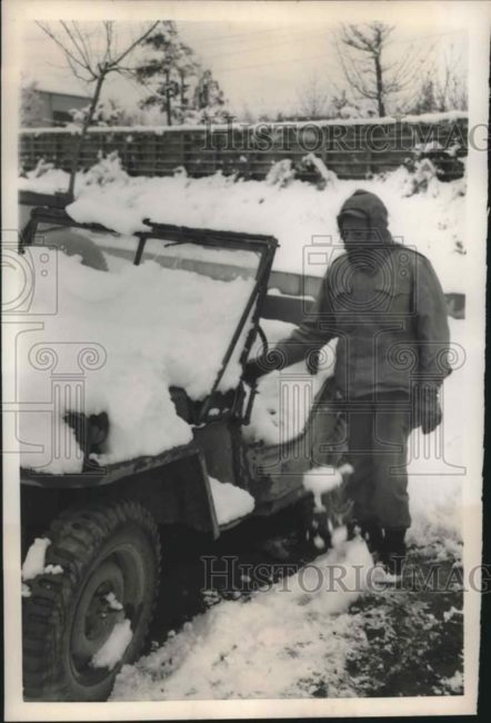 1950-12-30-korea-removing-snow-off-jeep1