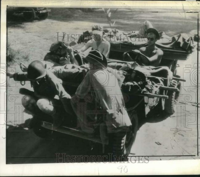 1943-02-09-new-guinea-transporting-wounded1