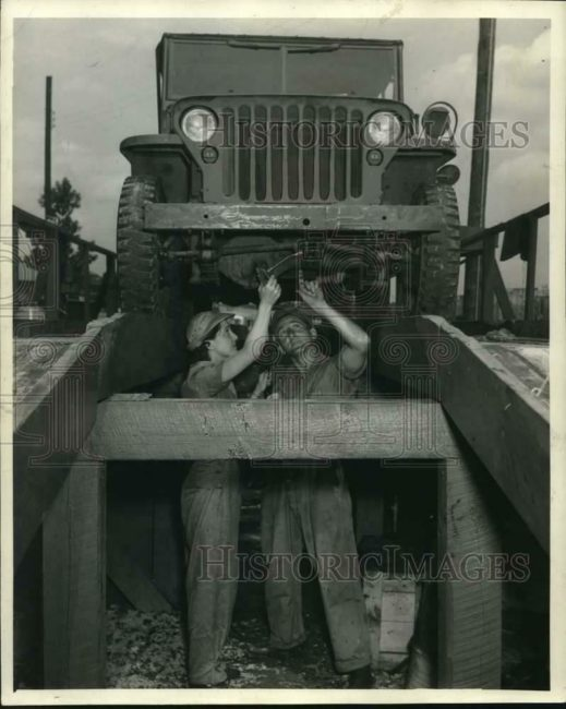 1943-08-20-working-on-jeep1
