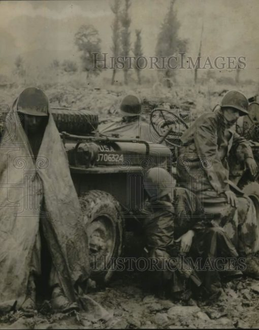year?-soldiers-resting-on-jeep1