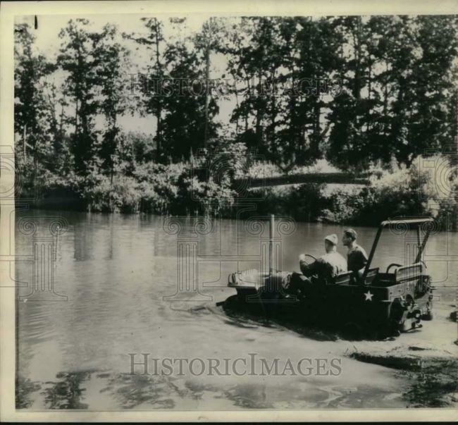 1943-07-03-soldiers-make-submersible-jeep1