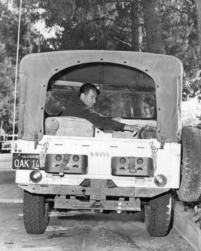 Joe_Mokracek_packs_jeep_for_annual_cavalcade