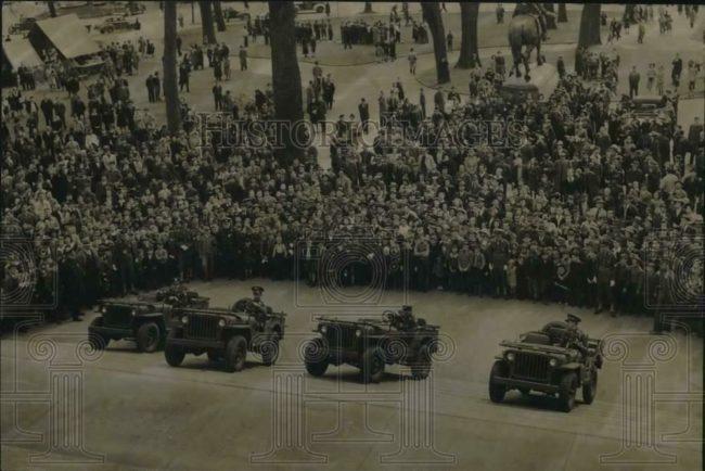 1942-04-06-jeeps-climbing-steps-capitol-ny-1