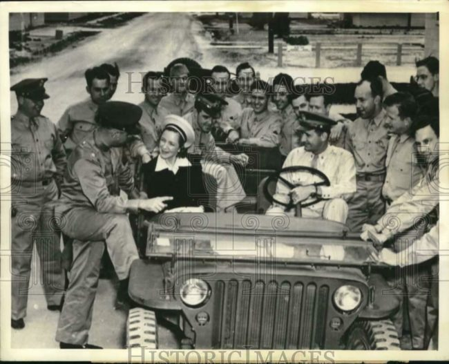 1942-05-07-helen-hayes-jeep-soldiers-1