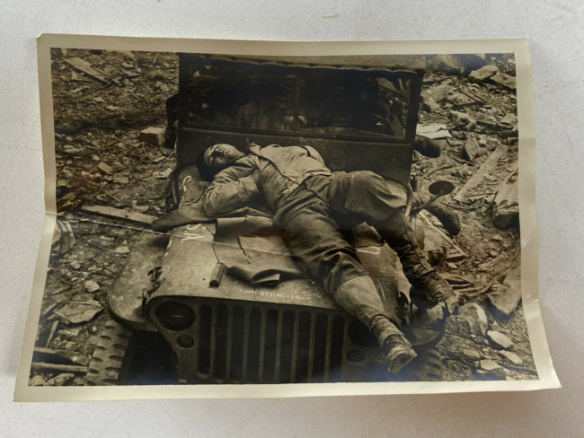1944-photo-st-lo-france-sleep-jeep1